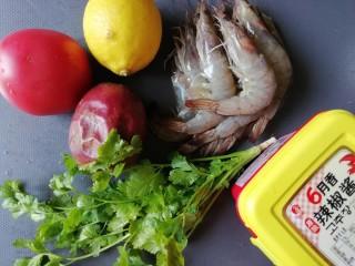 西红柿百香果凉拌虾,准备食材如图
