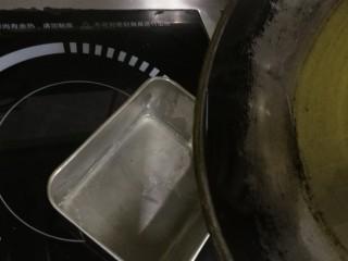 迷迭香黑胡椒牛排,我习惯把油稍稍多倒一些,烧热在倒出去,让锅底受热更均匀
