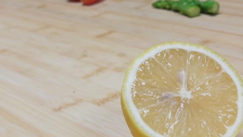 迷迭香黑胡椒牛排,再准备一些装饰的材料哈,芦笋柠檬,圣女果