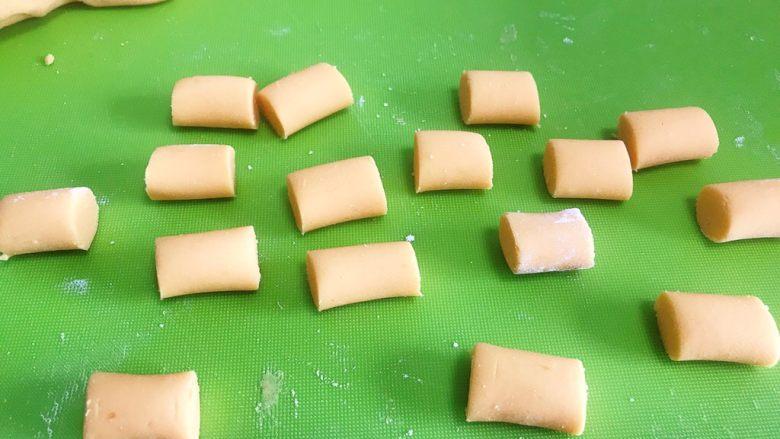 芋圆,中途可以拿一块搓一下,试试能不能较好成长条状而不是断裂了。直至面粉团不粘,开始搓长条,切成段。