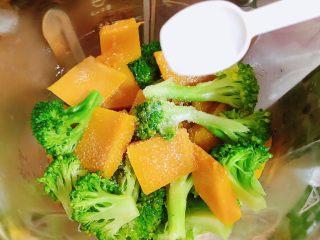 西兰花玉米鸡肉糕(芝士焗烤版),放入煮好的西兰花、南瓜,放入半勺盐。