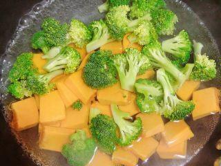 西兰花玉米鸡肉糕(芝士焗烤版),锅中烧开水,放入西兰花和南瓜焯一下。开锅后西兰花先捞出、南瓜多煮1分钟随后捞出。