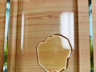 西兰花玉米鸡肉糕(芝士焗烤版),烤盘中放入橄榄油,用刷子将盘子壁四周刷上橄榄油,防止食物粘连盘壁。提前预热烤箱,180度预热10分钟。