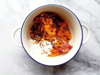胡萝卜牛肉蛋饺,牛肉、胡萝卜、淀粉和适量的酱油、芝麻油,倒入一个碗内