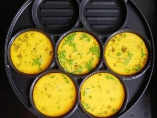 胡萝卜牛肉蛋饺,一勺勺舀入鸡蛋液
