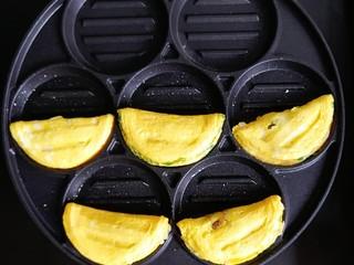 胡萝卜牛肉蛋饺,底部成型后,对半压上去,然后两面小火煎至微黄,肉馅熟了就可以啦