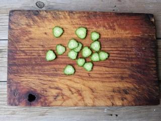 酷夏里的小清新——青瓜厚蛋烧,青瓜洗净,切薄片备用。