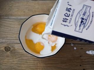 酷夏里的小清新——青瓜厚蛋烧,再加入30克牛奶。