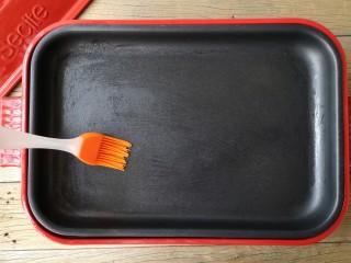 酷夏里的小清新——青瓜厚蛋烧,平底锅刷一层薄油预热。