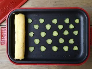 酷夏里的小清新——青瓜厚蛋烧,将青瓜片摆入锅中。