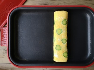 酷夏里的小清新——青瓜厚蛋烧,继续从左端卷起,卷起后再烘一下至蛋液完全凝固。