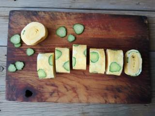 酷夏里的小清新——青瓜厚蛋烧,取出后切成等分段即可。