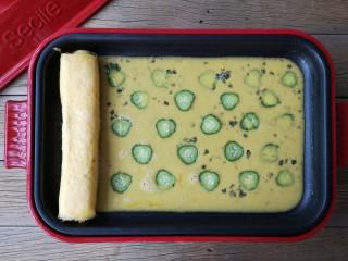 酷夏里的小清新——青瓜厚蛋烧,倒入剩余蛋液,小火加热至蛋液表面微微凝固。