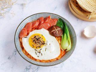 牛奶火鸡面,把面放入碗中,加入煎蛋、香肠、油菜和香菇即可食用。