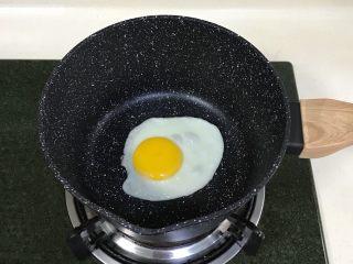 牛奶火鸡面,开小火,刷点食用油,往奶锅中磕入一个鸡蛋焖30秒,开盖后往鸡蛋四周撒点水滴。