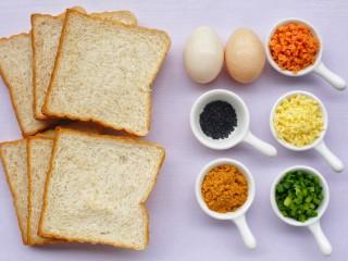 肉松芝士吐司卷,吐司6片,鸡蛋1个,火腿肠1根,黑芝麻,葱花,肉松,沙拉酱,芝士。