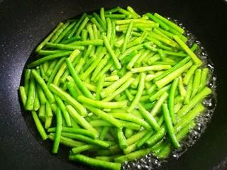 凉拌豆角,锅中烧开水,加少量油盐,加豆角焯水5分钟。