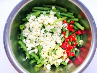 凉拌豆角,豆角放入大盆中,加入生姜大蒜小米椒,