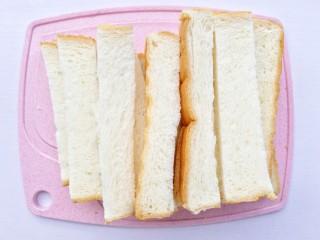 蒜香烤吐司,每片吐司切成均匀的四条。