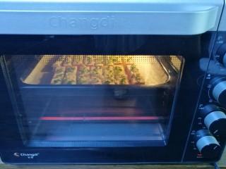 蒜香烤吐司,180度上下火烤5分钟左右,烤至面包表面上色即可。