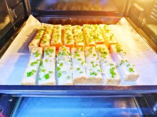 蒜香烤吐司,烤盘放入预热好的烤箱中层。