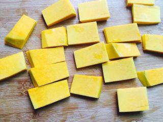 蜂蜜百合蒸南瓜,切成厚薄均匀的