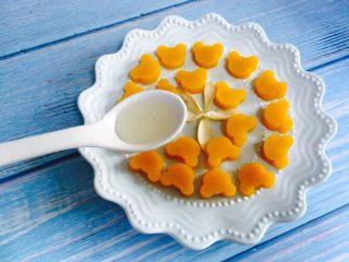 蜂蜜百合蒸南瓜,待稍微晾凉后淋入两小勺蜂蜜