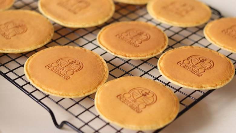 治愈哆啦A梦的美食,铜锣烧,所有的都这样做,做了3个大的,3个中号,2个小号的。用烙印印上图案。