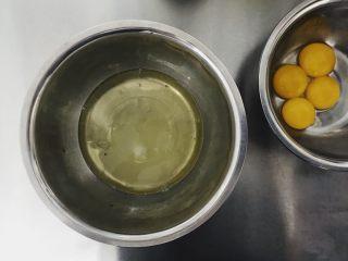 玫瑰戚风,分离蛋白蛋黄  蛋白➕糖放冷冻 烤箱预热180度