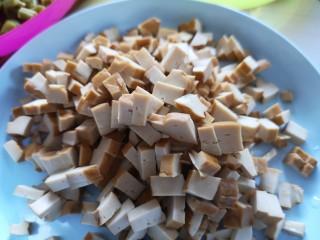 川味哨子面,豆腐干儿切成丁。