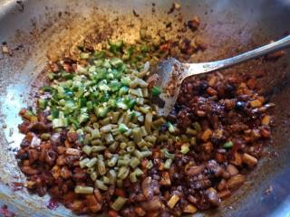 川味哨子面,炒出红油后放青辣椒。