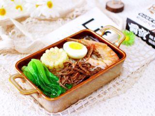 田头菇鸡汤时蔬海鲜米粉,上面铺上玉米和鸡蛋、对虾和小油菜,再浇入调料包即可享用了。