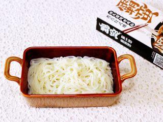 田头菇鸡汤时蔬海鲜米粉,把米粉先铺入碗底。