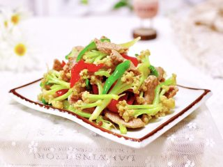 双椒肉片炒花菜,好吃又营养的双椒肉片炒菜花就出锅咯。