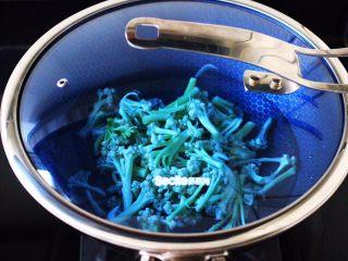 双椒肉片炒花菜,锅中倒入适量的清水,加入少许盐,把菜花放入锅中,盖上锅盖大火烧开后、焯至菜花变软断生的时候,捞出沥干水分。