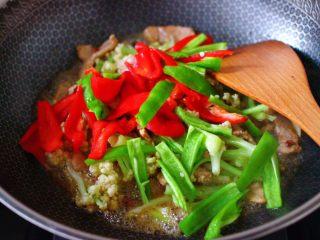 双椒肉片炒花菜,再加入青红辣椒。