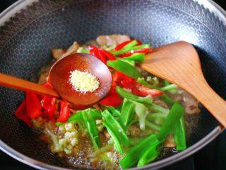 双椒肉片炒花菜,加入鸡精增加口感。
