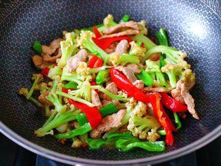 双椒肉片炒花菜,大火翻炒至青红辣椒,断生变色即可关火。