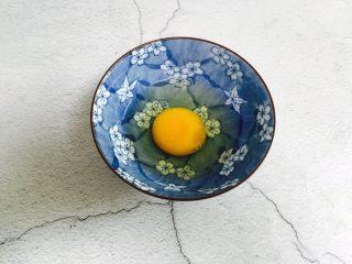 冬瓜蛋汤,鸡蛋打入碗里