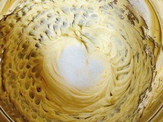 迷迭香玛芬蛋糕(制作耗时最短),分三次将白糖加入黄油中,每加一次用打蛋器打发20秒,再加一次再打发20秒。