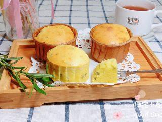 迷迭香玛芬蛋糕(制作耗时最短),迷迭香气四溢的奶油马芬蛋糕就做好了。