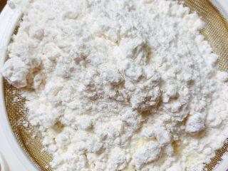迷迭香玛芬蛋糕(制作耗时最短),将低筋面粉、泡打粉、盐、奶粉,过筛到盆中。