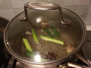 麻辣皮冻,加入清水盖盖煮。