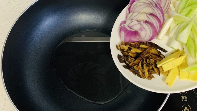 彩色广式肠粉,炒锅放入适量的油,加入切好的小红葱、大葱、姜、香菇。