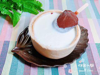 鲜椰浆苦咖啡绵绵冰(椰子油奶白顺滑诱人极了),再放入一个苦咖啡冰淇淋。可以选择就边吃冰淇淋边喝冰沙的吃法,也可以搅拌均匀来享用。