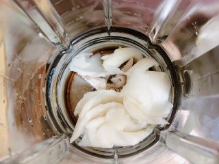 鲜椰浆苦咖啡绵绵冰(椰子油奶白顺滑诱人极了),将椰子肉倒入破壁机中。