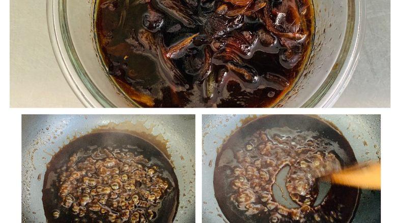 彩色广式肠粉,酱汁一次可以多做一些。装在无水的密封杯或碗中冰箱保存可以用很久。干料不要扔可以浸泡在酱汁里一起保存。 留下一部分酱汁,用少许的水淀粉勾芡,一定要薄薄的勾芡,不要太厚。