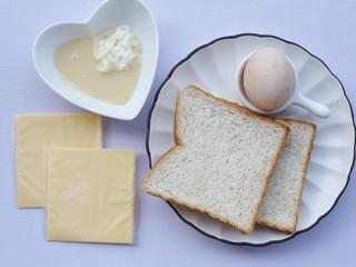 脆底芝士蜂蜜吐司,准备食材:吐司2片,芝士2片,蜂蜜20g,沙拉酱25g,蛋黄1个。
