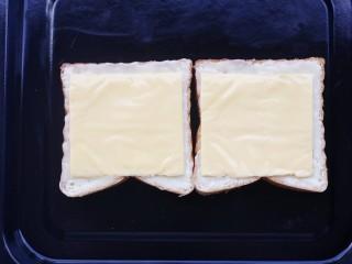 脆底芝士蜂蜜吐司,上面铺一层芝士片。