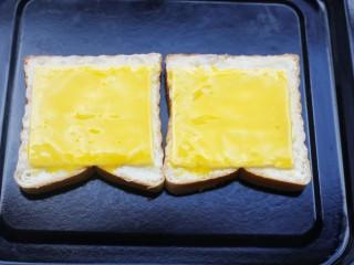 脆底芝士蜂蜜吐司,然后刷一层蛋黄液。